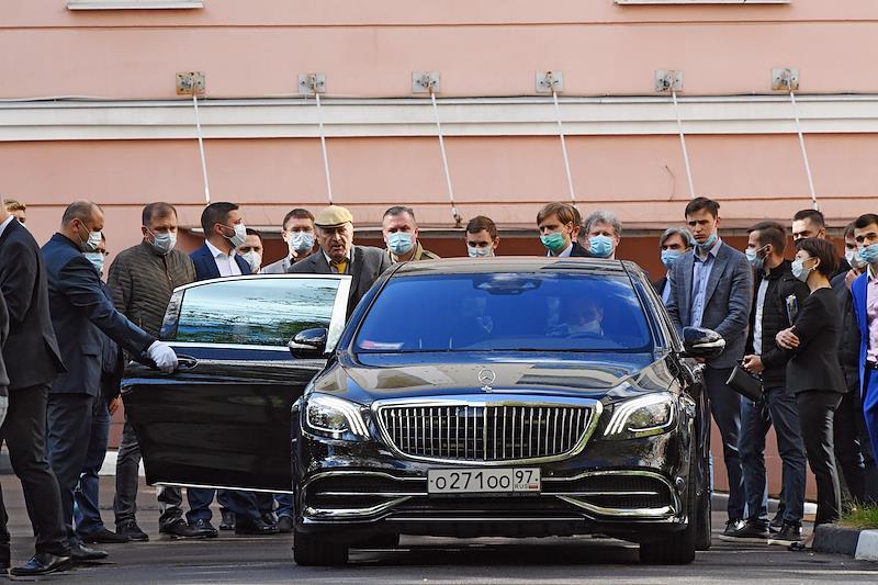 Лидер Либерально-демократической партии России (ЛДПР) Владимир Жириновский (пятый слева) у здания Института мировых цивилизаций.