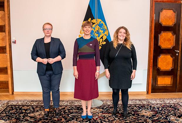 Керсти Кальюлайд (в центре) на церемонии вручения значка «Радужного героя»