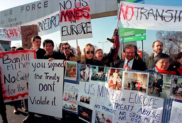Демонстрация против бомбардировок Ирака у военной базы США в Германии