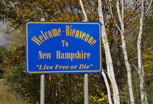 Надпись на знаке: «Добро пожаловать в Нью-Гэмпшир. Живи свободным или умри»