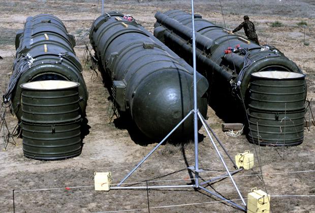 Связка из трех ракет РСД-10, подготовленных к уничтожению, полигон Капустин Яр, Астраханская область, 1 августа 1988 года