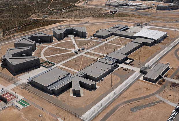 Иммиграционная тюрьма в пустыне (Калифорния)