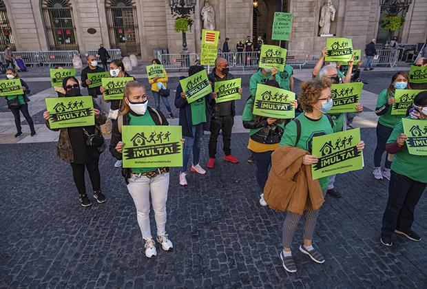 Протест активистов движения «Платформа людей, пострадавших от ипотеки» (Platform for people affected by Mortgages — PAH) в Барселоне