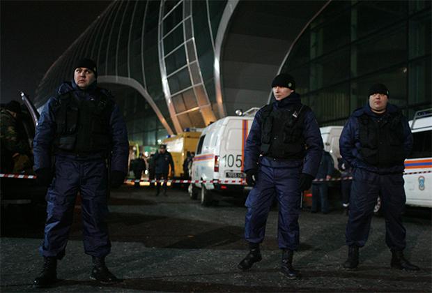 24 января 2011 года. Сотрудники правоохранительных органов стоят в оцеплении у здания аэропорта Домодедово, где произошел взрыв