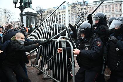 Участники незаконной акции на Трубной площади устроили потасовку с ОМОНом