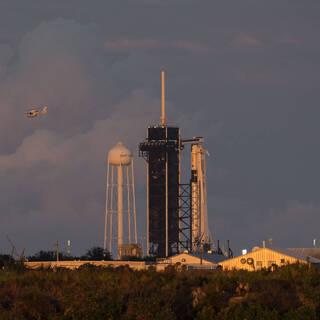 Подготовка к запуску ракеты Falcon 9 с кораблем Crew Dragon