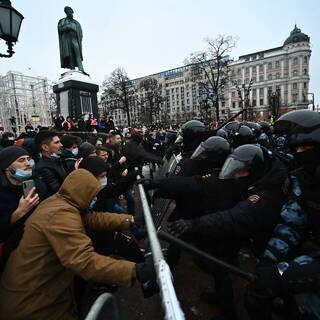 Участники несанкционированной акции сторонников Алексея Навального и сотрудники полиции на Пушкинской площади в Москве