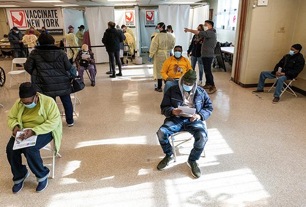Пациенты отдыхают после введения первой дозы вакцины от коронавируса. Бруклин, США