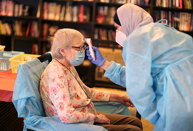 86-летняя пациентка перед введением вакцины. Калифорния, США
