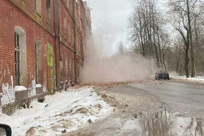 В российском городе рухнула стена здания с разобранной мародерами крышей
