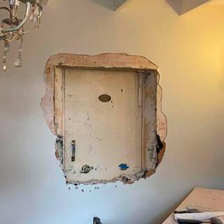 Мужчина нашел в доме замурованную дверь и пожаловался на привидений