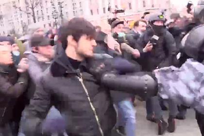 Родители подравшегося с ОМОН на митинге чеченца рассказали о случившемся
