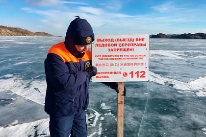 Автомобиль с иностранцами провалился под лед Байкала