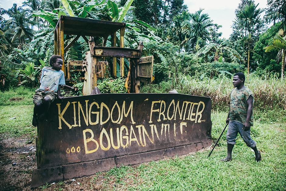 Пограничный бульдозер с надписью «Граница Королевства Бугенвиль»Фото: Влад Сохин