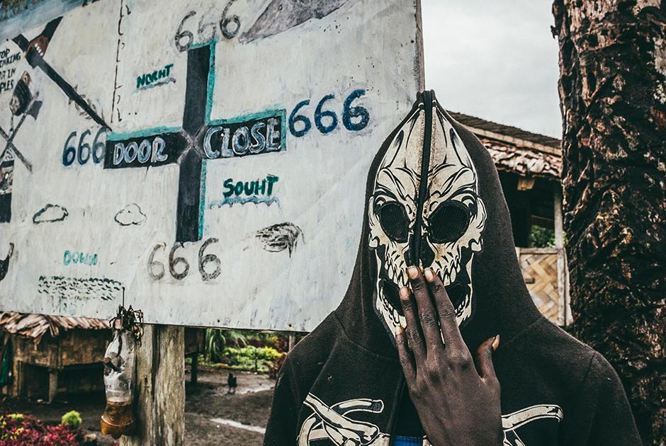 Так местные встречают незнакомцев у въезда в деревню Мевау на Южном Бугенвиле