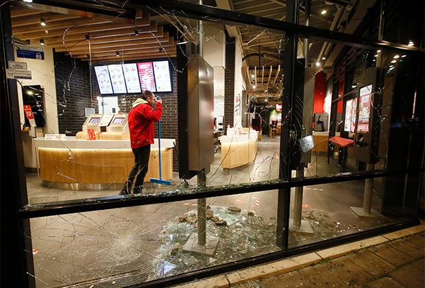Разбитые во время погромов окна в ресторане быстрого питания в Роттердаме