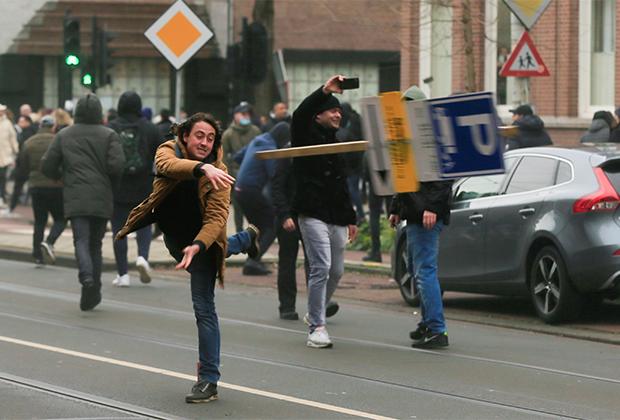 Протестующие громят улицу в Амстердаме