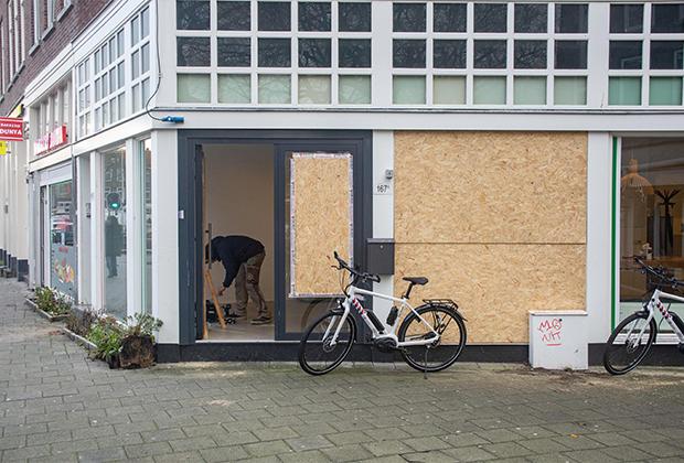 Голландцы заколотили окна и витрины из-за погромов