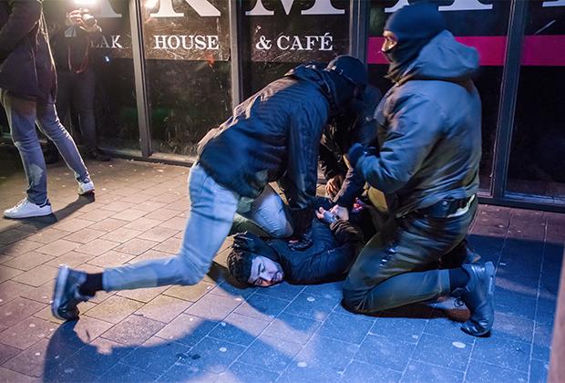 Арест протестующего во время комендантского часа в Гааге