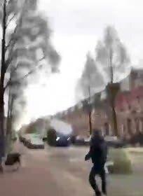 Удар водометом по протестующему в Нидерландах попал на видео