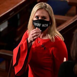 Марджори Тейлор Грин в маске «Трамп победил»