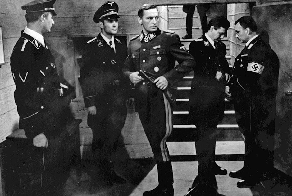 """Не обошелся без Ланового и, пожалуй, самый звездный и самый народный из советских сериалов 1970-х — в «Семнадцати мгновениях весны» актер сыграл генерала войск СС Вольфа. «Я люблю эту роль. Я вообще люблю играть разных людей, разных """"человеков"""". Один из моих не похожих ни на что образов был создан как раз в картине Тани Лиозновой», — <a href=""""https://tass.ru/opinions/6665919"""" target=""""_blank"""">вспоминал</a> Лановой."""