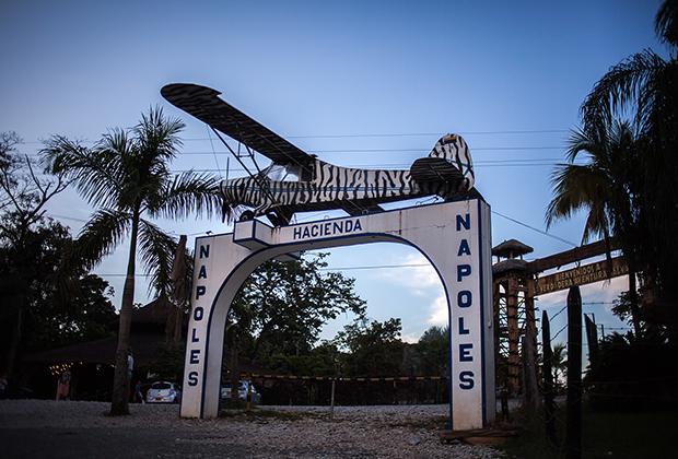 На воротах стояла копия самолета, на котором Эскобар впервые отвез в США груз кокаина