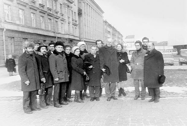 Слева направо: пятый — Юрий Гольфандас, шестой — Юрий Орлов, седьмая — Гема Станелите, девятый — Мечисловас Юревичюс, десятый — Мартас Никлус, одиннадцатый — Андрей Сахаров, тринадцатый — Ефремас Янкелевичюс, четырнадцатый — Эйтанас Финкельштейнас.