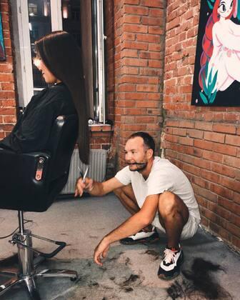 Парикмахер Виктор Комский во время работы
