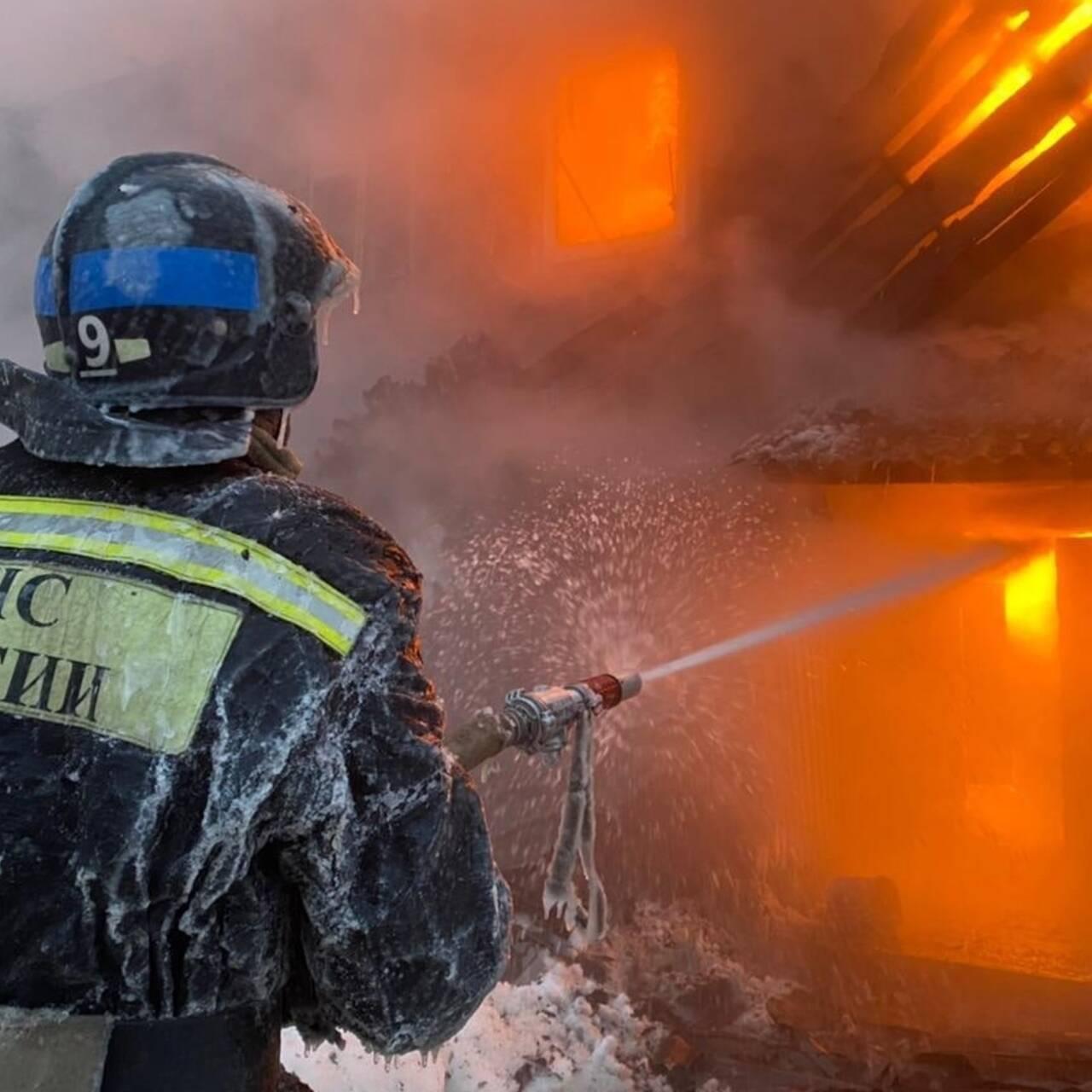 В Москве из-за взрывов газовых баллонов начался сильный пожар: Москва:  Россия: Lenta.ru