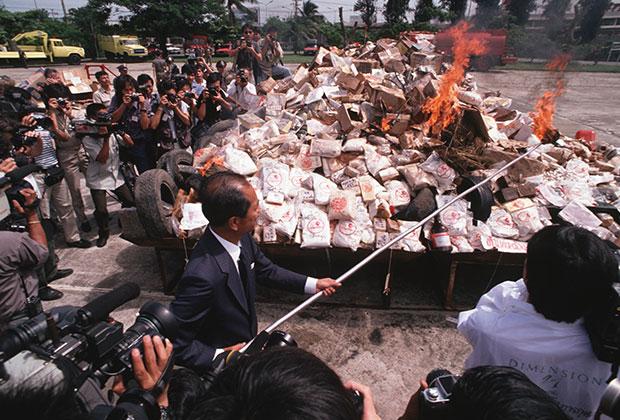 Политик поджигает гору конфискованных наркотиков в Бангкоке, 1990 год