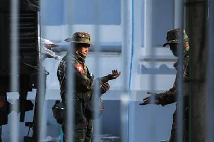 Военные у здания мэрии в Янгоне