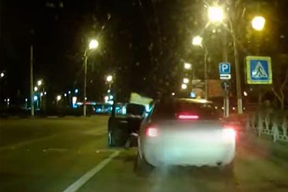 Российский полицейский на ходу запрыгнул в машину пьяного лихача