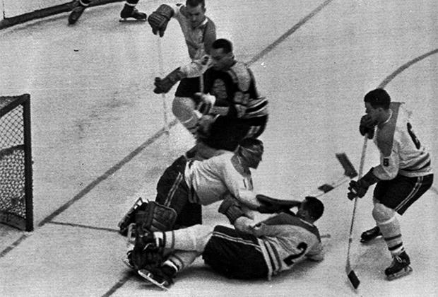 Вилли О'Ри (в темном свитере) во время матча против «Монреаль Канадиенс»
