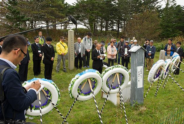 Участники японской делегации, прибывшие на Южные Курилы в рамках безвизового обмена, на японском кладбище в Южно-Курильске. 2017 год
