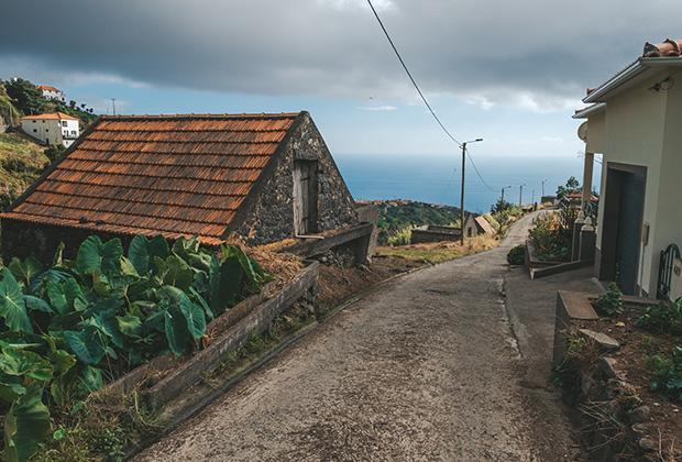 Дорога через небольшое поселение в регионе Кальета