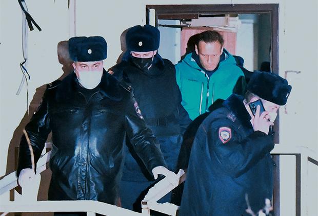 Алексей Навальный (второй справа)