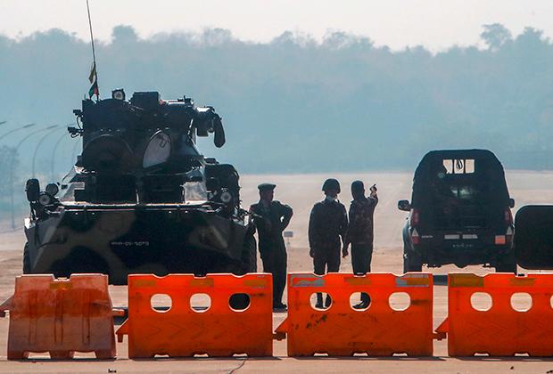 Блокпост военных на дороге, ведущей к парламенту Мьянмы