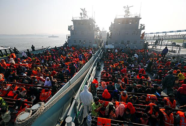 Беженцев-рохинджа перевозят на необитаемый остров в Бенгальском заливе