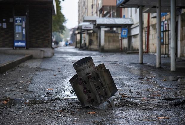 Неразорвавшийся снаряд на улицах Степанакерта