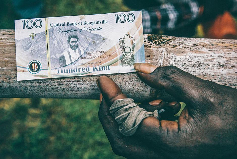 Местная банкнота номиналом в сто бугенвильских кина с портретом «короля» Ноаха Мусингку, напечатанная на цветном принтере