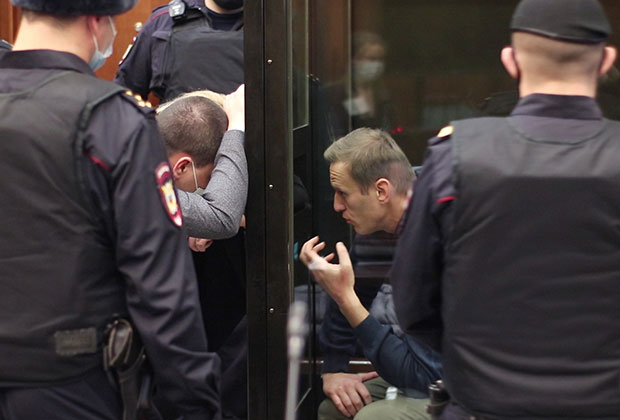 Алексей Навальный (справа) на заседании Мосгорсуда