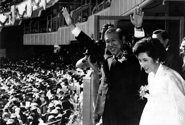 Ро Тхэ У с женой на открытии Олимпийских игр 1988 года