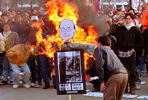 Сжигание чучела Чон Ду Хвана с требованием наказать его за бойню в Кванчжу