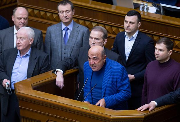 Сопредседатель партии ОПЗЖ Вадим Рабинович (в центре) инициирует импичмент