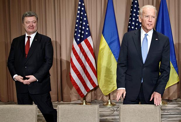 Экс-президент Украины Петр Порошенко (слева) и Джозеф Байден, тогда еще вице-президент США и куратор Украины, 2016 год