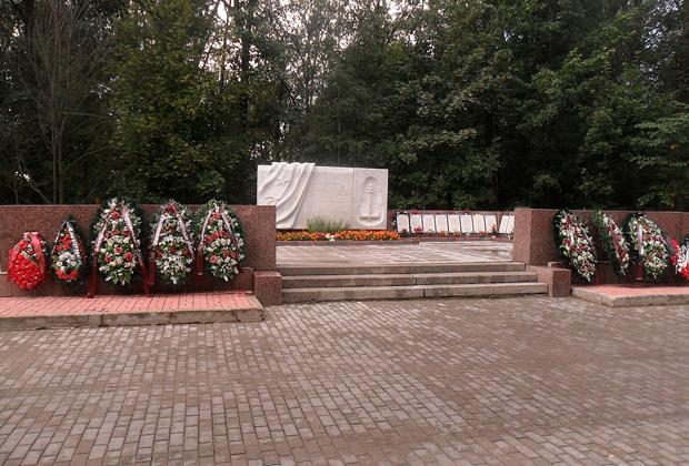 Мемориал жертвам катастрофы Ту-104 (Серафимовское кладбище, Санкт-Петербург)