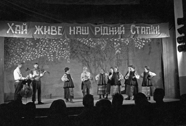 Выступление в сельском клубе, Диканька, Украинская ССР, 1939 год