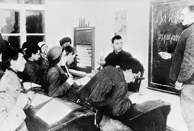 Преподаватель русского языка ведет кружок по ликвидации неграмотности. Украинская ССР, 1937 год