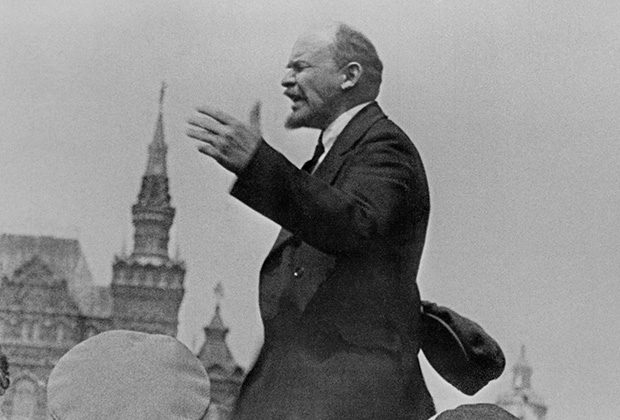 Ленин выступает с речью перед воинами всевобуча во время парада на Красной площади, 1919 год